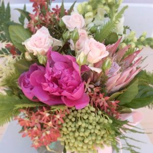 Glass vase arrangment in pinks
